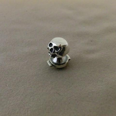 skull pin 1
