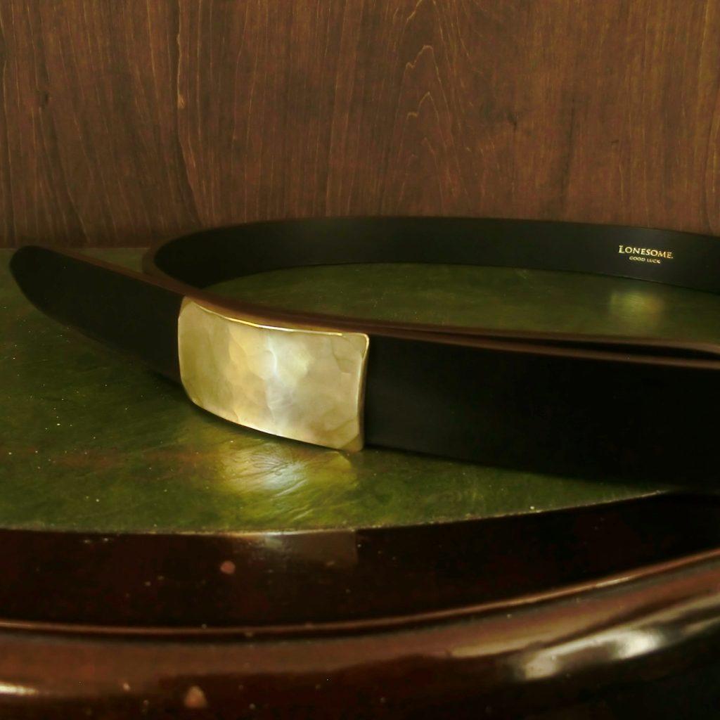 真鍮のバックルにはダークブラウンのブライドルレザーを合わせます。